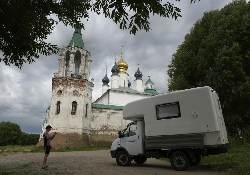 Новая экспедиционная машина по дороге в Архангельские леса. Остановка в Ростове Великом.