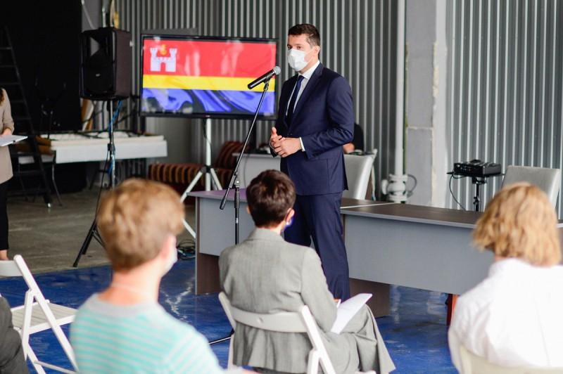 Антон Алиханов посвящает бизнес в нюансы бизнеса. Фото: gov39.ru