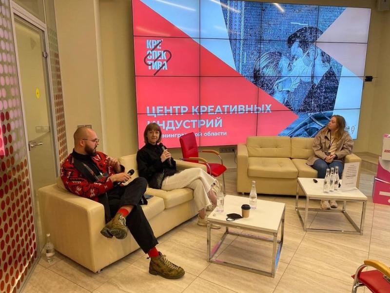 В центре кадра Валерия Гусейнова, руководитель фонда «Креспектива»