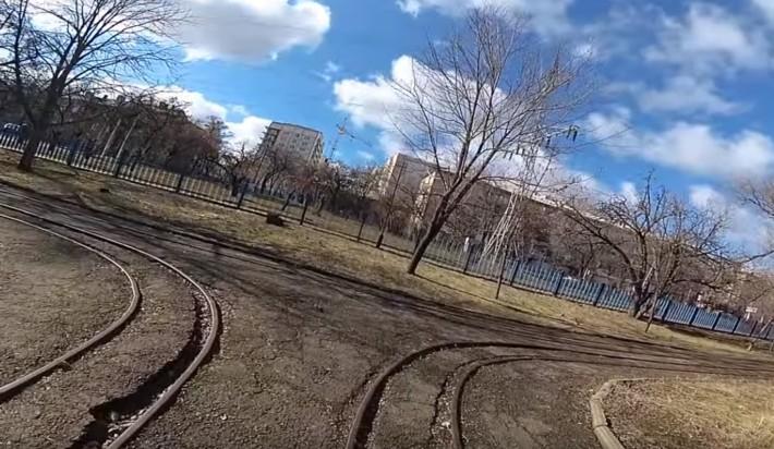 """парк Щорса. рельсы. наши дни. фото взято с ютуб - канала """"Коты луганска"""""""