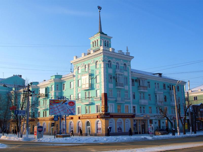 Дом со Шпилем, с магазином, еще украшенным видом городских зданий