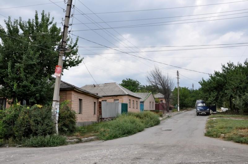 2011. Фото Анастасии. Так выглядят типичные частные домостроения в Луганске - окнами на улицу, почти без заборов. Камброд
