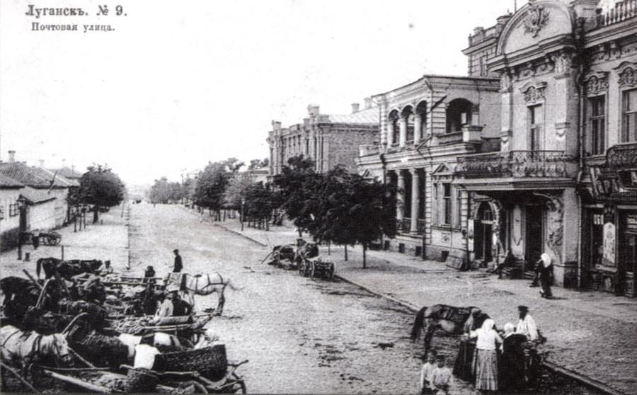 на фотооткрытке видны — Казенная женская гимназия (вдалеке), дома Вендеровичей