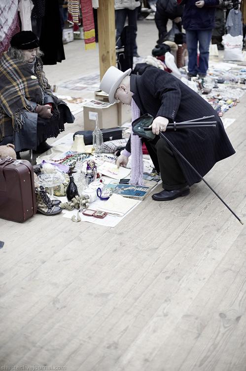 d6017e2f78f8 На задворках рынка - и вовсе фантасмагорическая картинка. Вся Россия в  одной картинке - купола, раскисшая дорога и хлебосольная дылда вида  ужасного.