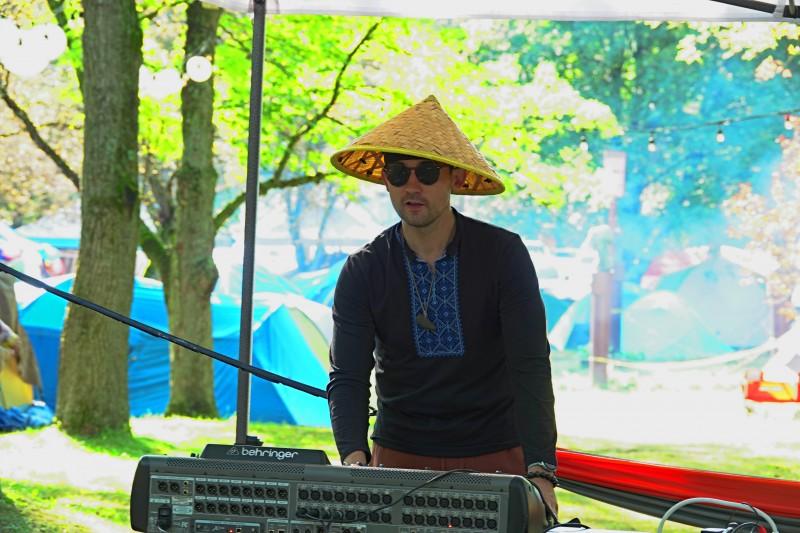Федор Бондар — организатор фестиваля. С малыми детьми на руках, работая каждый день на стройке, он успевает сделать слёт Добра