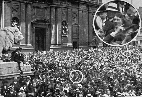 Адольф Гитлер на митинге 2 августа 1914 года в Мюнхене на Одеонплатц