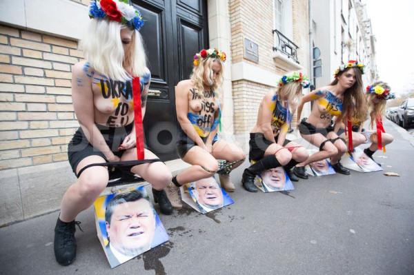 1385896566-femen-activists-urinate-on-the-photo-of-ukrainian-president-in-paris_3389898