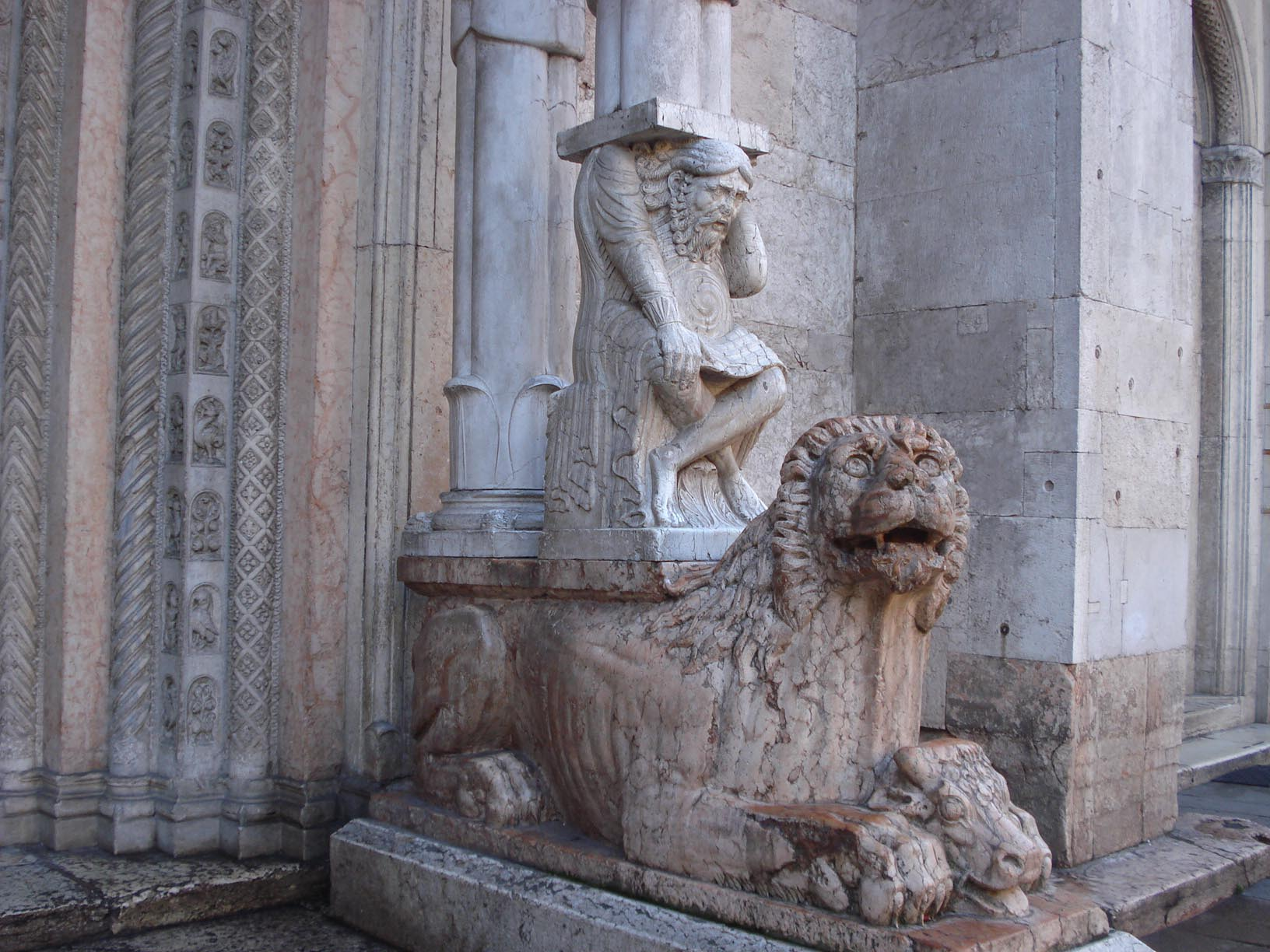 012-колонна, горбун и лев