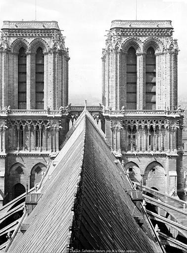 Cathédrale_Notre-Dame_-_Tours_clochers_de_la_façade_ouest,_couronnement_côté_est_-_Paris_04_-_Médiathèque_de_l'architecture_et_du_patrimoine_-_APMH00014057
