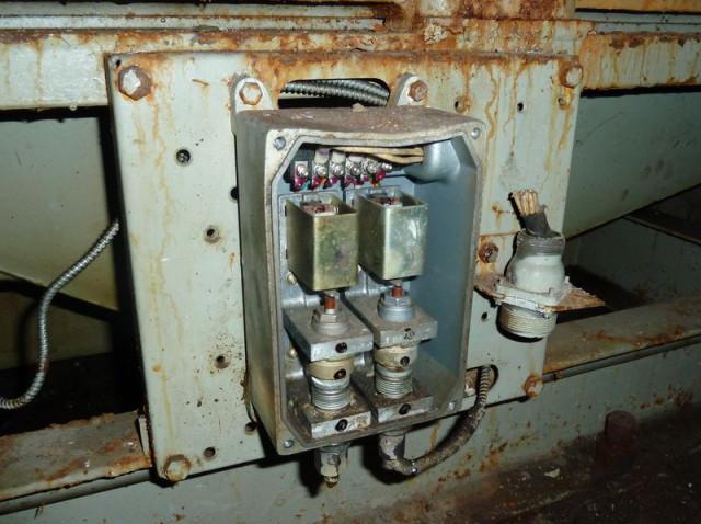 Дизель-генератор практически полностью разломан.