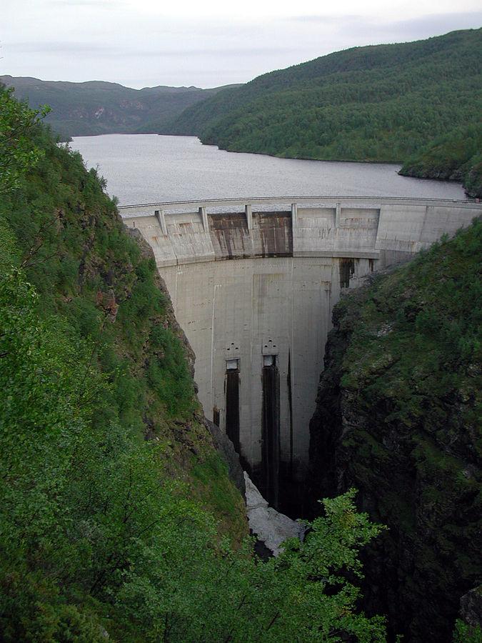 Гидроэлектростанция в Альте (фотограф Bair175, CC BY-SA 3.0)