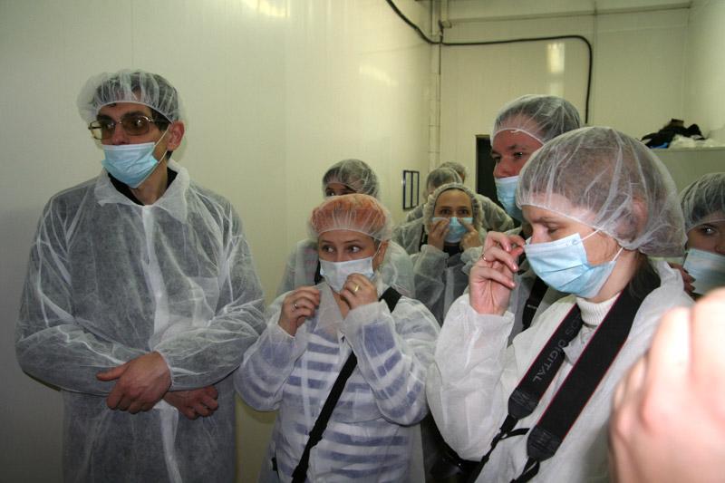 группу зевак с фотоаппаратами пустили посмотреть участок пробоя ястыка