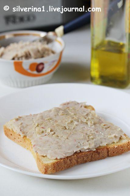 Пюре из фасоли с чесночным хлебом и оливковым маслом