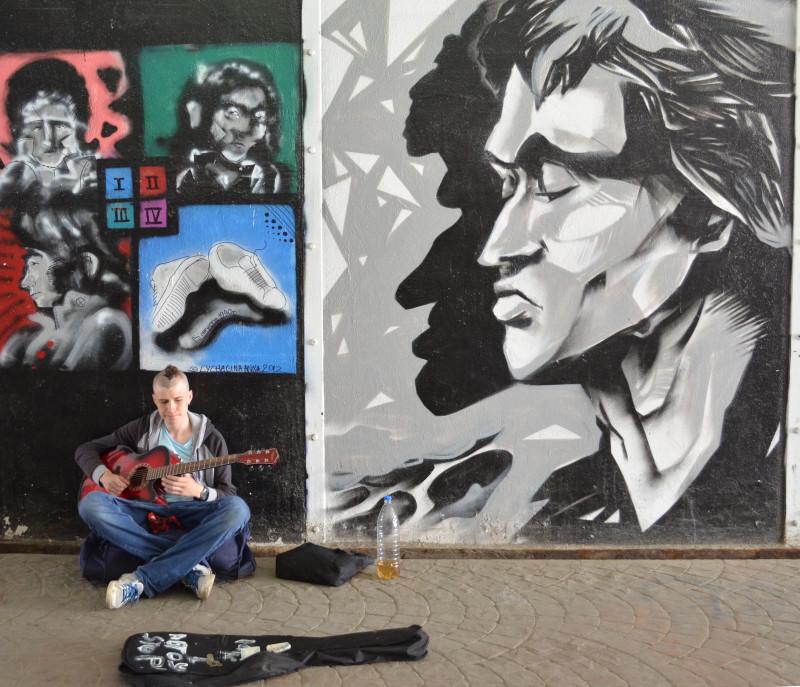 Музыкант у портрета Цоя