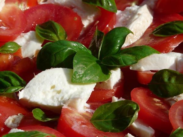 tomato-and-mozzarella-salad-8829_640 (1)