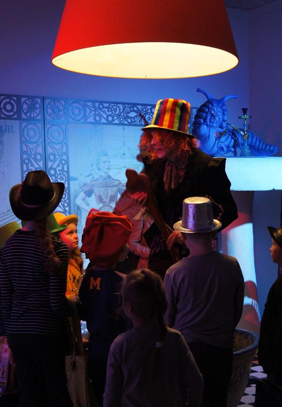 танцует шляпник джигу