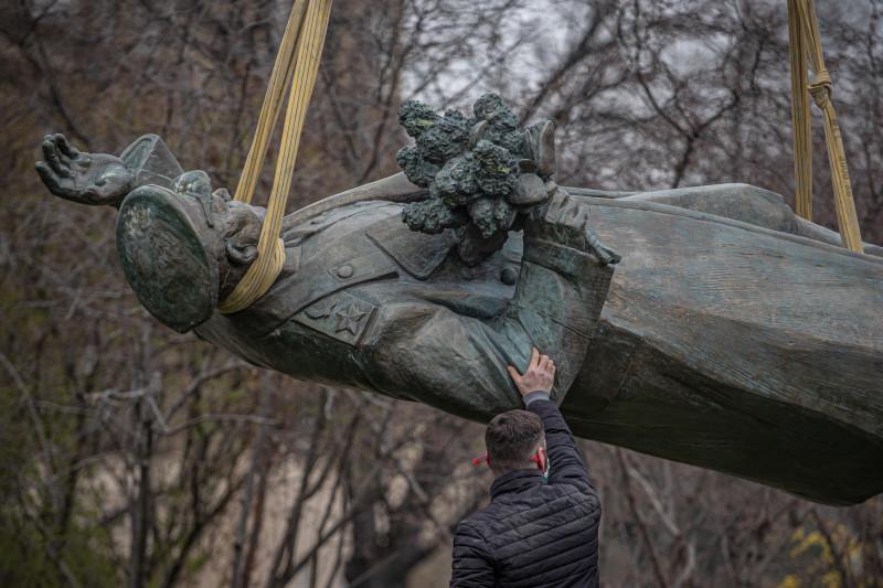 Снос памятника маршалу Коневу в Праге (фото - Epa/Martin Diviser/ТАСС).