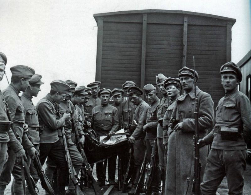 Чехословацкие легионеры рассматривают захваченный вымпел (фото с сайта photochronograph.ru).