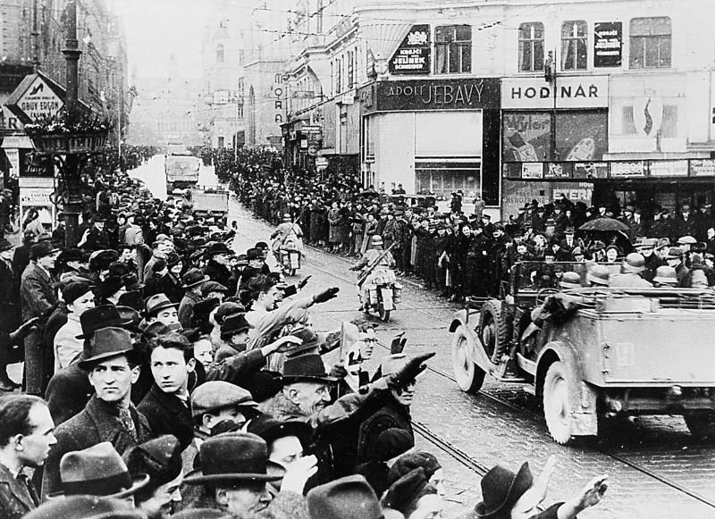 Жители Праги встречает нацистов (фото из Сети).