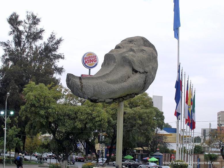 Фото18 Памятник луне соседствует с  Бургер Кинг