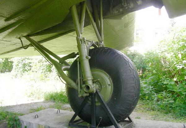 Левая стойка шасси Ли-2