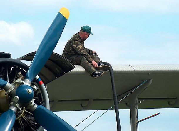 Заправка Ан-2 бензином