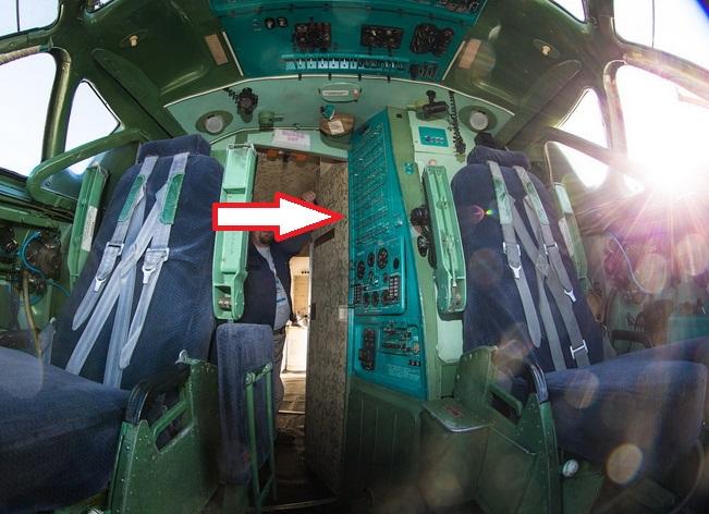 Левая панель АЗС в кабине Ту-134А