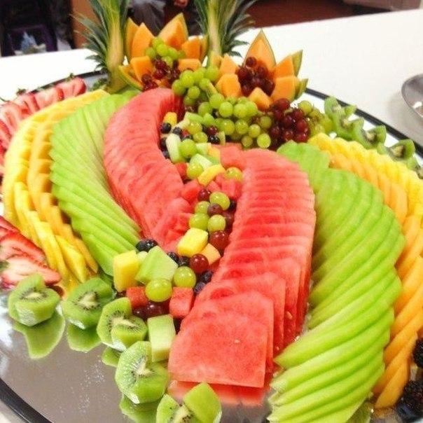 Красивая сервировка стола фруктами5