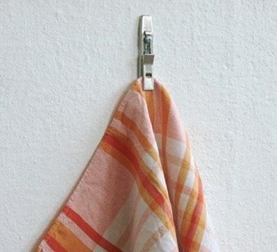 Держалка для полотенца. Вынуть скоросшиватель из папки. Прикрутить к стене. Закрепить полотенце. Поддерживаем порядок.
