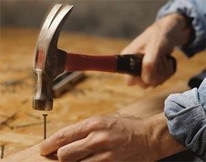 Если забивать гвоздь не прямо, а под углом к направлению древесных волокон, он будет держаться гораздо крепче.