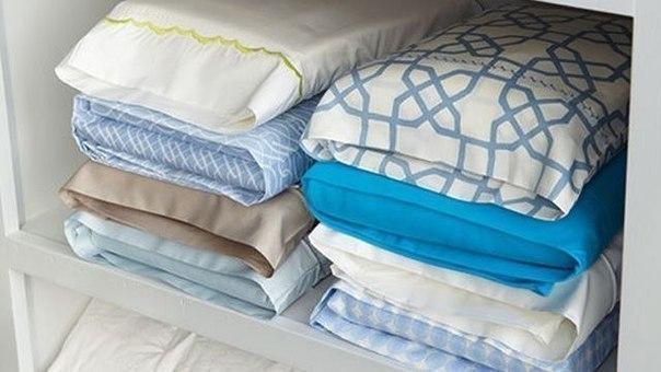 Храните комплекты постельного белья в их наволочках, так шкаф будет выглядеть намного аккуратнее, и доставать