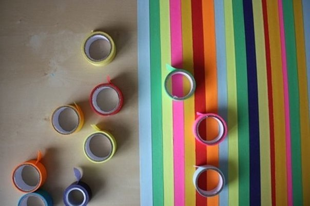 Старый стол можно обновить с помощью цветного скотча2