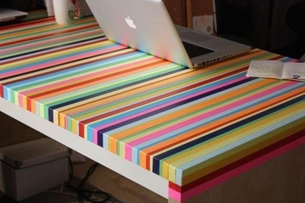 Старый стол можно обновить с помощью цветного скотча
