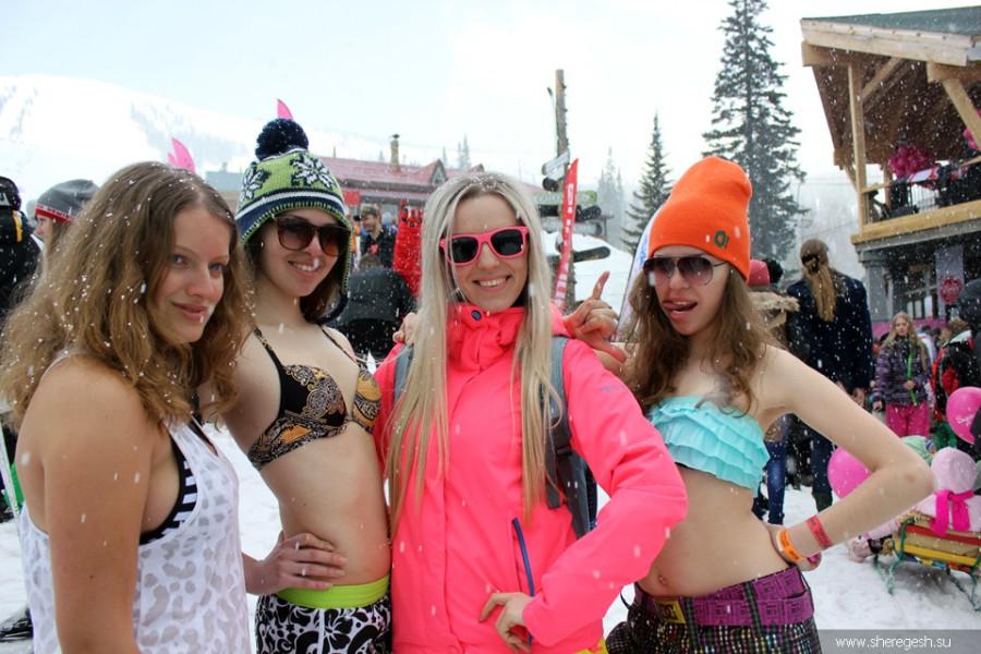 Девушки в бикини в Шерегеше