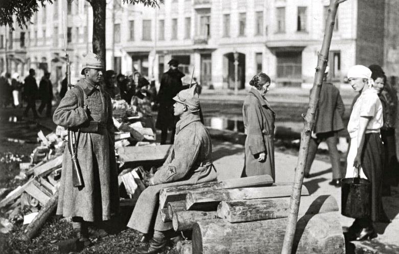 красноармейцы охраняют имущество горожан, сентябрь 1924 г.