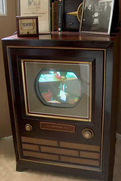 2_1Первый цветной телевизор RCA CT-100.