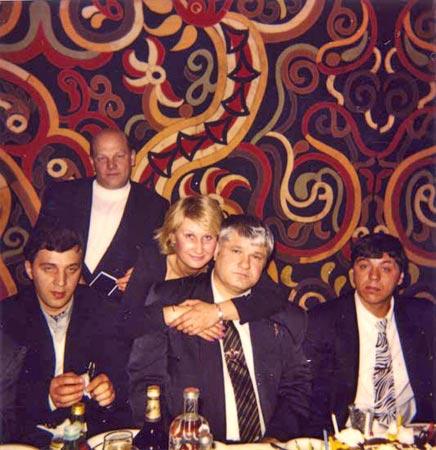 991658936Он сидит в центре. Слева от него – вор в законе Чира, справа – вор в законе Стрела. Сзади стоит Владимир Податев, его жена Ирина обняла Джема за шею.