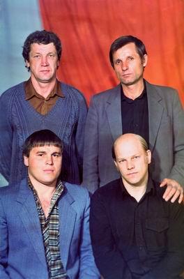 8631659461989 г. Хабаровск. Во втором ряду слева направо стоят Леша Сапог и Толик Решетень, которые были тогда наиболее приближены к Владимиру Податеву