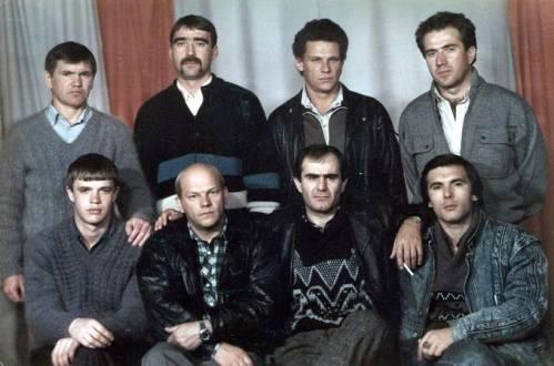 8185433281989 г. Хабаровск. Сидят слева направо, второй - Владимир Податев и третий - вор в законе Юра Грек. Во втором ряду крайний слева стоит Сергей Алым