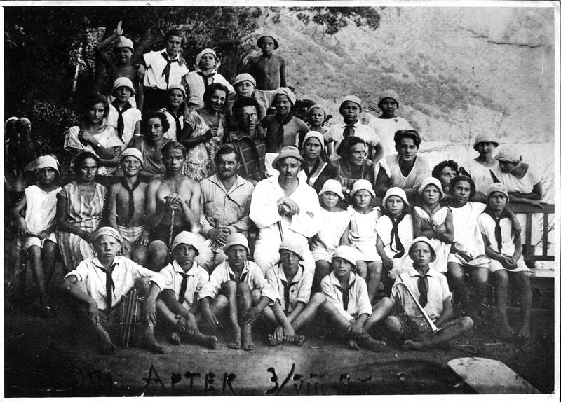 v_artek_old_1934_41927 год. Групповое фото Артековцы, основатель Артека Соловьев и первый директор лагеря Шишмарев.