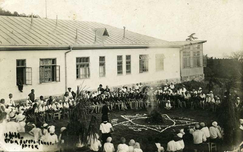 v_artek_old_1934_7Общелагерный костер в Верхнем лагере. Артек, 1933 год