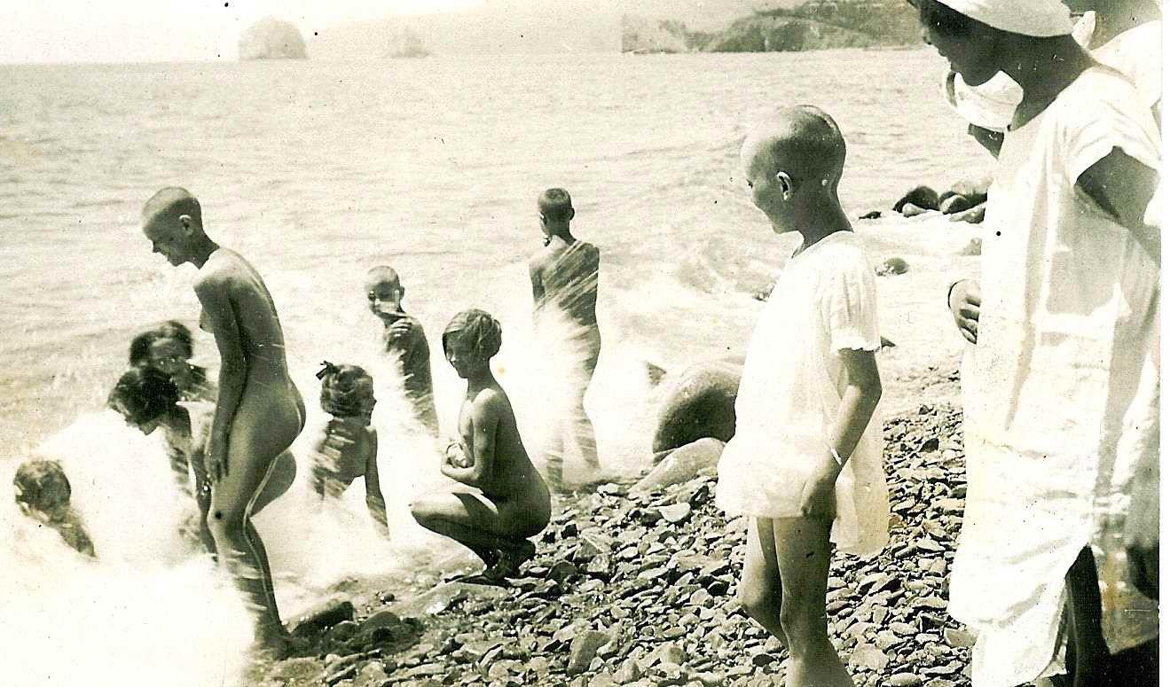 Девушки в лагере голые бегают видео фото 243-830