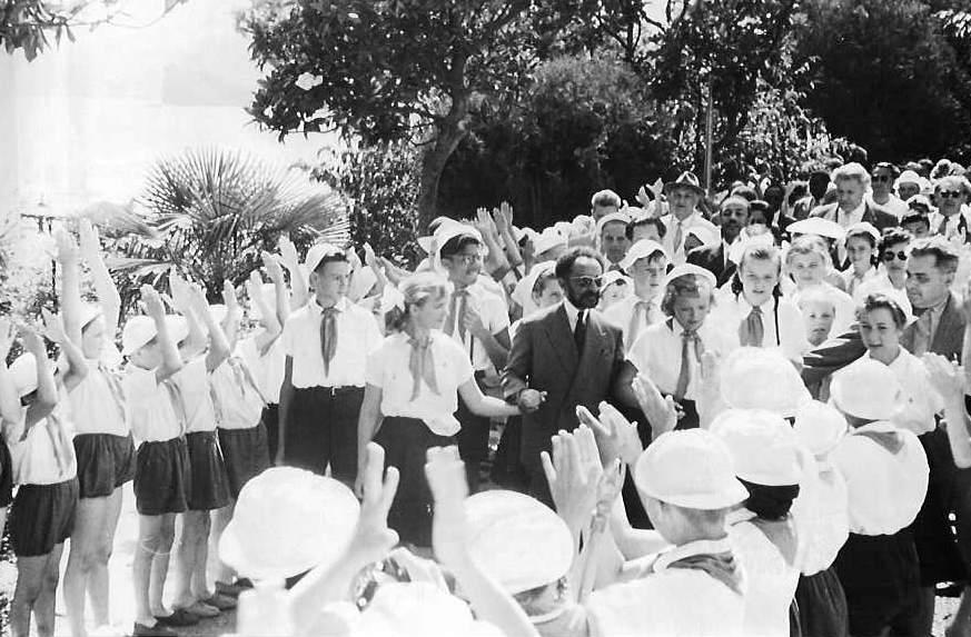 zimperatorИмператор Эфиопии Хайле Селассие I и дважды Герой Советского Союза С.Ковпак в Артеке. Июнь 1959 г.2