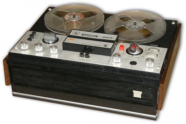 Модель 1976 года.  'Маяк-203'' - катушечный трёхскоростной четырёхдорожечный бытовой магнитофон 2 класса.