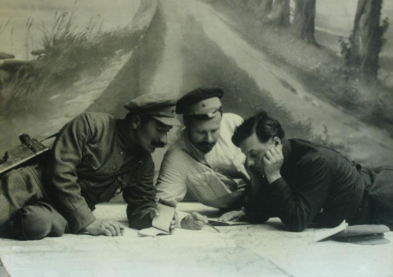 67Командующий Первой Конной Армией Семен Будённый, командующий Южным фронтом Михаил Фрунзе и член РВС Первой Конной Армии Климент Ворошилов над картой , 1920 год.