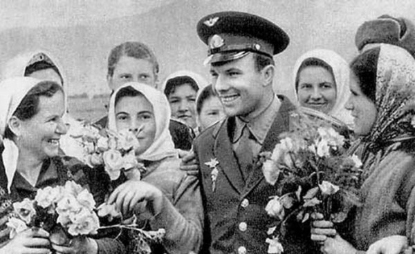 1271048988_1270920317_gagarin_with_people