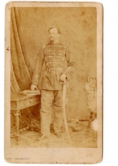 ocyx 1Российская империя, до 1867 года. Оригинальная фотография офицера гусарского полка с саблей, сделанная в студии элитного фотографа К.П. Бергамаско.