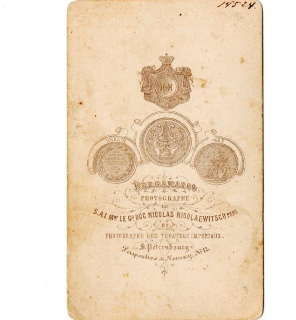 shbe 3Российская империя, до 1867 года. Оригинальная фотография офицера гусарского полка с саблей, сделанная в студии элитного фотографа К.П. Бергамаско.