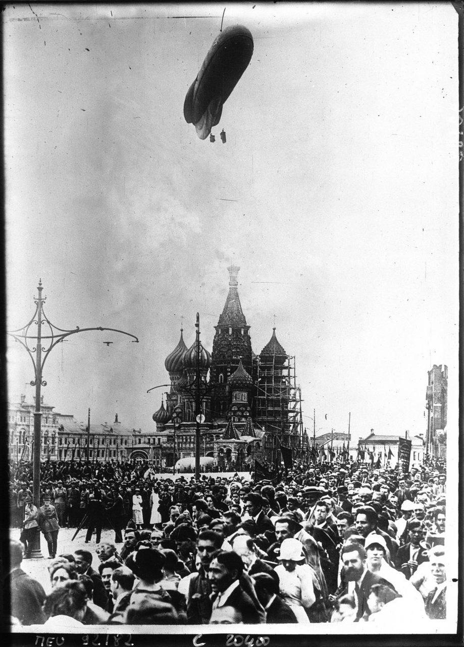 71921 г. Международный коммунистический конгресс в Москве. Дирижабль над городом во время парада на Красной площади