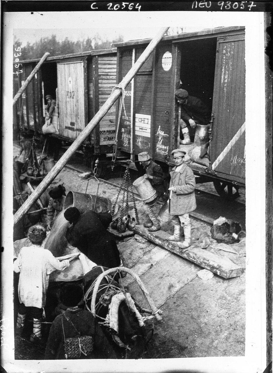 121921 г. Первый поезд с продуктами, посланный голодающим России